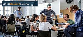 Im Klassenraum, zwei Lehrkräfte und 8 Schüler/innen, Bildnachweis: Andi Weiland | Gesellschaftsbilder.de