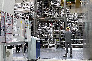 Mann in einem Kraftwerk