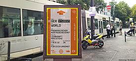 Plakat für das Fremdsprachenassistenz-Programm (FSA) an Haltestelle