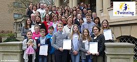 Gruppe von Schülerinnen, Schülern und Erwachsenen mit Urkunden