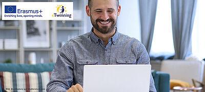 Mann mit Laptop im Videochat