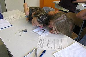 Schüler an einem Arbeitstisch
