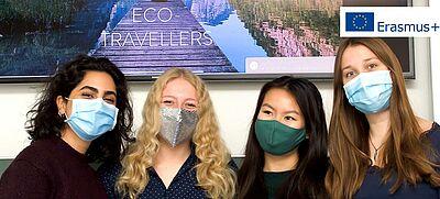 Erasmus+ Projekt-Team der Gesamtschule Hardt steht vor Leinwand mit Website Eco Travellers