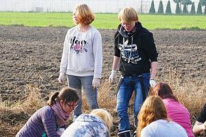 Jugendliche auf einem Feld
