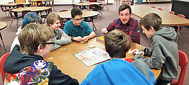 Teaching Assistant betreut eine Gruppe Schüler an einer US-amerikanischen High School