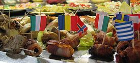 Buffet mit verschiedenen europäischen Flaggen