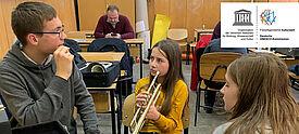 Kulturweit-Freiwilliger Ulrich beim Musikuntericht