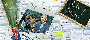 Broschüre, Schultüte und Globus auf Wandkalender