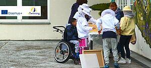 Schülerinnen und Schüler in Imkerschutzkleidung bei ihrem eTwinning-Projekt