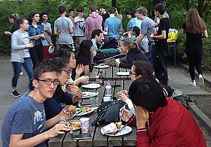 Jugendliche an Tischen