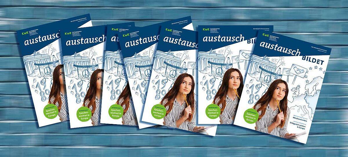 Mehrere Titelseiten des Magazins aneinandergereiht vor blauem Hintergrund