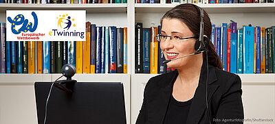 Frau mit Headset sitzt vor Laptop