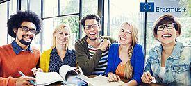 Gruppe von Lehrkräften mit Erasmus+ Logo