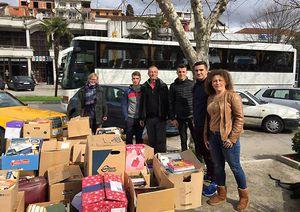 Bücherkisten vor Bus mit Helfern