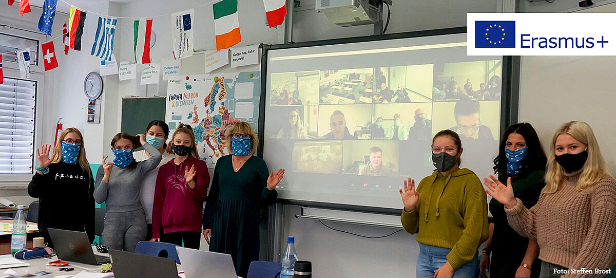 Videokonferenz im Klassenzimmer: Schülerinnen und Lehrerin starten Erasmus+ Schulprojekt online