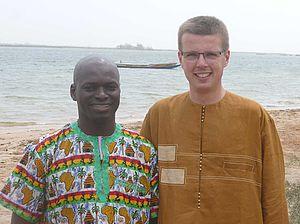 Zwei Männer in afrikanischer Kleidung vor einem See