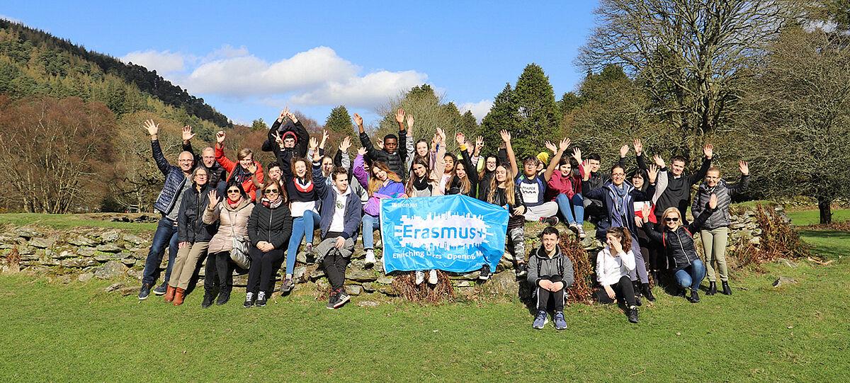 Gruppenbild mit Erasmus+ Fahne in Irland