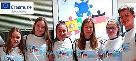 Gruppe von Jugendlichen vor Europa-Hintergrund