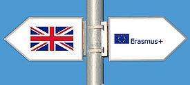 Zwei Wegweiser zeigen in entgegengesetzte Richtungen. Großbritannien beteiligt sich nicht mehr an Erasmus+.