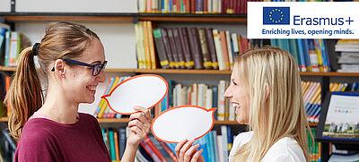 Lehrerinnen mit Sprechblasen und Erasmus+ Logo