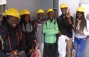 Gruppe von Jugendlichen mit Baustellenhelmen