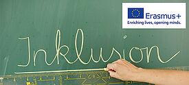 Inklusion an Tafel im Unterricht geschrieben - oben rechts Logo Erasmus+