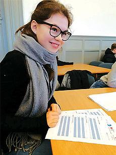 Schülerin beim Ausfüllen eines Fragebogens