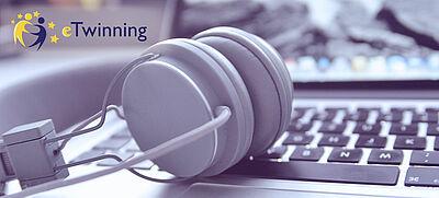 Kopfhörer vor Laptoptastatur
