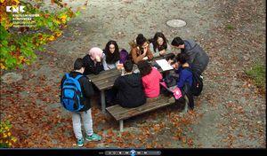 Jugendliche auf einem Schulhof