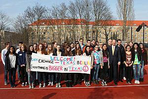 Schülergruppe auf Sportplatz mit Willkommenstransparent