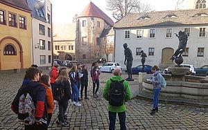 Schülergruppe vor Gebäuden