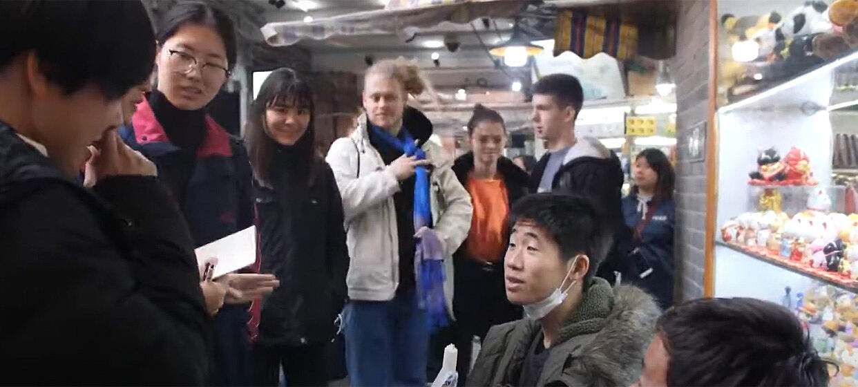 Junge Menschen in einer Geschäftsstraße