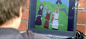 Junge vor einem Computerbildschirm