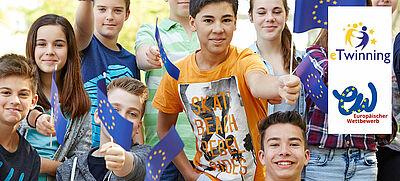 Schülerinnen und Schüler mit Europafähnchen