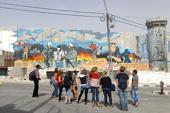 Schülergruppe vor Wandgemälde