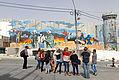 Schülergruppe vor Wandbild