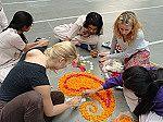 Schülerinnen arbeiten an einem Kunstprojekt