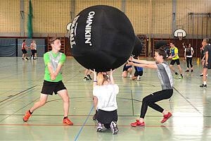 Spieler mit einem Riesenball