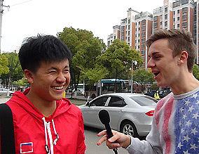 Schüler vor der Schultor in Wuxi