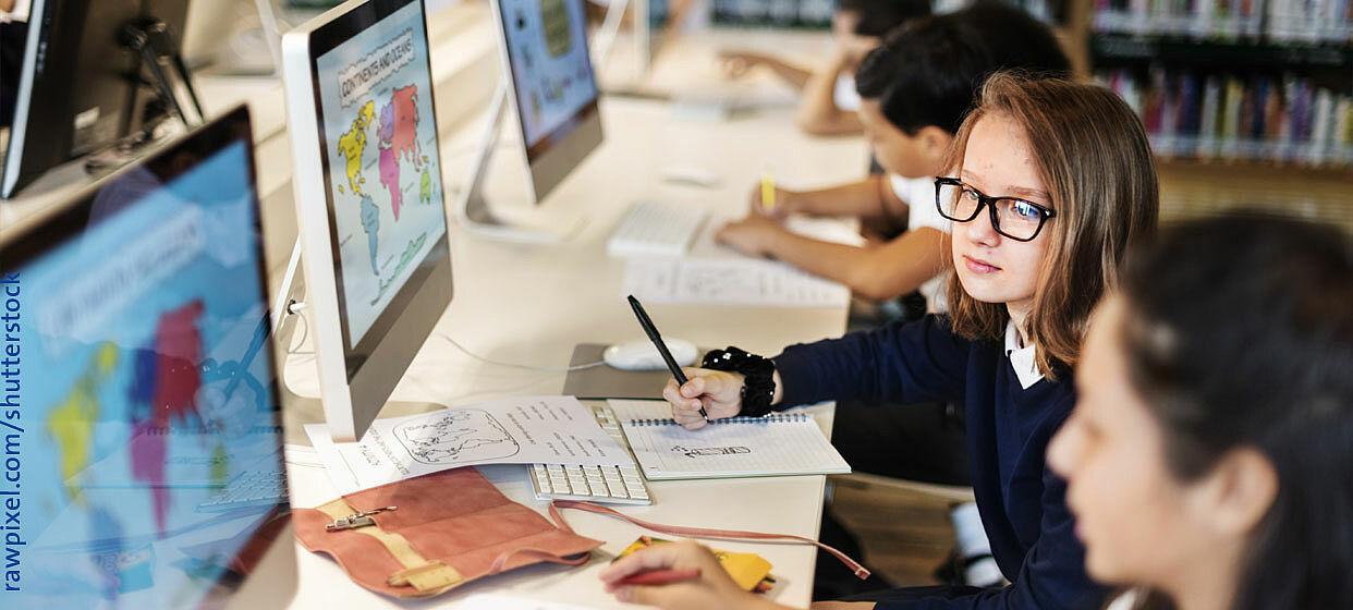 Schüler sehen Partnerschulen weltweit digital auf Bildschirmen