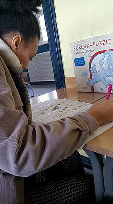 Schülerin füllt Fragebogen aus