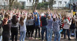 Schülergruppe vor Gebäude