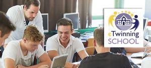Schüler und ihr Lehrer vor Netbooks