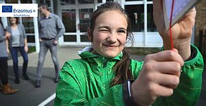 Mädchen auf Schulhof mit einem selbstgebauten Entfernungsmesser