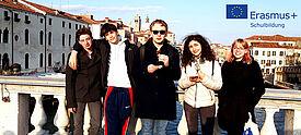 Jugendliche auf einer Brücke in Italien