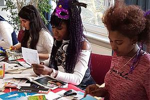 Drei Mädchen mit Broschüren