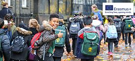 Kinder mit Schultaschen auf dem Weg zur Schule. Rechts das Erasmus+ Logo.
