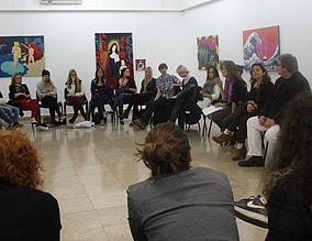 ca. 20 Personen führen ein philosophisches Gespräch