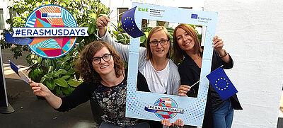 Drei Frauen mit Europaflaggen und Bilderrahmen