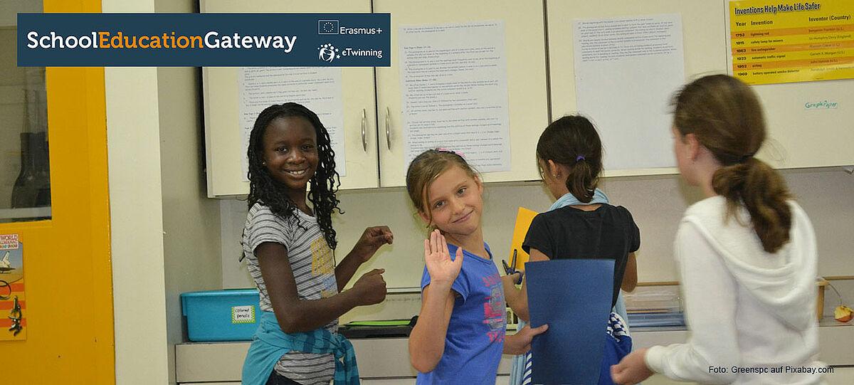 vier Mädchen im Klassenraum